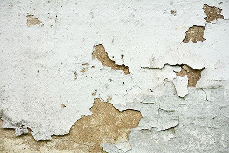 Peinture décollée sur mur humide à Royan, Saintes, Cognac et Mont-de-Marsan